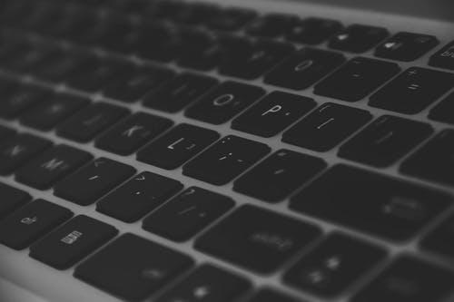 Tietoturva kuntoon - 5 vinkkiä, joilla suojaat tietokoneesi ja puhelimesi Tietoturva on viime aikoina puhuttanut myös suomalaisia, eivätkä pelkät vahvat salasanat välttämättä riitä suojaamaan sinua tietomurrolta. Tiedätkö, kuinka voit helposti suojata omat tietosi surffaillessasi? Lue tämä artikkeli ja ota selvää. Näillä vinkeillä voit suojata tietokoneesi, tablettisi ja puhelimesi niin tietomurroilta kuin troijalaisiltakin. Vaikka muinoin VPN-sovellukset olivat uutta teknologiaa jota käytettiin lähinnä suoratoistopalveluiden ulkomaisia versioita varten, ovat ne nykyään yleisiä ja varsin tarpeellisia. Kyberrikollisuus on osa nettiä, mutta VPN:n ja virusturvan avulla pystyt suojautumaan siltä. Esimerkiksi Avast tarjoaa sekä virusturvan että VPN:n. Lue lisää Avastista täällä: avast-antivirus.fi. Mikä on VPN? VPN-sovelluksella suojaat tietosi internetiä käyttäessäsi. Ilman VPN:ää ulkopuolinen taho saattaa päästä käsiksi esimerkiksi selaushistoriaasi ja sijaintiisi, ja kukapa sellaista toivoo. VPN on lyhenne sanoista Virtual Private Network, ja se suojaa tietosi ulkopuolisten silmiltä. VPN suojaa nettiyhteytesi ja piilottaa IP-osoitteesi. Tämä on äärimmäisen tarpeellista - etenkin kun pohtii sitä, kuinka monia henkilökohtaisia tietoja ja asioita hoidetaan nykyään netissä ostoksista työsähköposteihin. Ladattuasi VPN:n ja laitettuasi sen päälle laitteellasi sinun ei tarvitse tehdä enää mitään, vaan VPN toimii automaattisesti taustalla. Mitä VPN piilottaa? VPN on järjestelmä, joka uudelleenohjaa kaiken toimintasi netissä muiden palvelinten kautta. Näin se kätkee sijaintisi ja tietosi. Kun avaat nettisivun niin, että VPN on päällä, toimintasi näytetään vain VPN:n sijainnin kautta oman sijaintisi sijaan. Käyttämäsi sivuston omistaja tai palveluntarjoaja ei siis voi nähdä, kuka ja missä sinä olet. VPN pitää tietosi piilossa missä tahansa käyttämässäsi verkossa, oli yhteys sitten julkinen tai yksityinen, Kätevää! VPN tarjoaa pääsyn kaikkeen sisältöön Jotkut palvelut, esimerkik