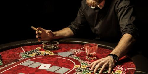 Näin luot itsellesi realistisen kasinoelämykseen kotiin Kasinopelien pelaaminen on hauskaa ja mukaansatempaavaa ajanvietettä. Moni viettää enemmän aikaa kotona ja onkin äärimmäisen tärkeää, että kotoilijat ovat kykeneviä värittämään arkeaan erilaisin erikoiskonstein ja pelein. Miksipä et siis järjestäisi itsellesi kunnon peli-iltaa, jonka aikana voit upottautua kasinopelien dollarinkuvia vilisevään ja kolikkojen kilinän säestämään ihmeelliseen maailmaan? Kotona pelaamiseen liittyy monia etuja. Pelaajien ei esimerkiksi tarvitse poistua kotoa ja matkustaa pitkän matkan päähän kasinopelejä pelailemaan. Kaikki voi tapahtua juuri missä ja milloin pelaajat vain haluavat, pelaajan omilla ehdoilla. Mukavan pelipaikan ja valaistuksen tärkeys Mukava pelipaikka on kaiken a ja o. Mitä mukavampi istuin, sitä paremmin pystyt keskittymään peleihin ja uppoutumaan pelien kiehtovaan maailmaan. Moni kasino tarjoaa pelaajilleen kasinosovelluksen, jonka avulla pelaajat pääsevät käsiksi peleihin niin sängyssä kuin vaikkapa sohvallakin. Tämä tarkoittaa, että voit pelata juuri siellä, missä ikinä haluatkin, ilman laitteiden tuomia rajoitteita. Tykkäätkö pelailla kenties enemmän istualtaan kuin makuultaan? Sängyssäsi vaiko kenties pihanurmella? Pelipaikkoja on monia ja on täysin sinusta kiinni, luotko itsellesi kasinoelämyksen sängyssä tai sohvalla makoillen, vaiko kenties tuolissa istuen. Varmista, että istuimesi on laadukas, että sohvallasi on mukava maata tai istua, ja että tyynysi on jämäkkä ja hyvälaatuinen. On äärimmäisen tärkeää, että kehosi saa sen tarvitsemaa tukea pelikokemuksesi aikana. Pelaamisen parissa kuluu helposti ja sutjakkaasti tunti jos toinenkin ja raajat voivat helposti kipeytyä, jos ne eivät saa riittävästi tukea. Myös valaistuksella on väliä. Harvassa kasinossa on räikeän kirkas valaistus. Suurin osa kasinoista luottaa pehmeän samettiseen valaistukseen, jossa on aavistus lämpöä. Lämpimän sävyinen valaistus myös tuo ripauksen menneiden vuosikymmenten kasinoiden glamou